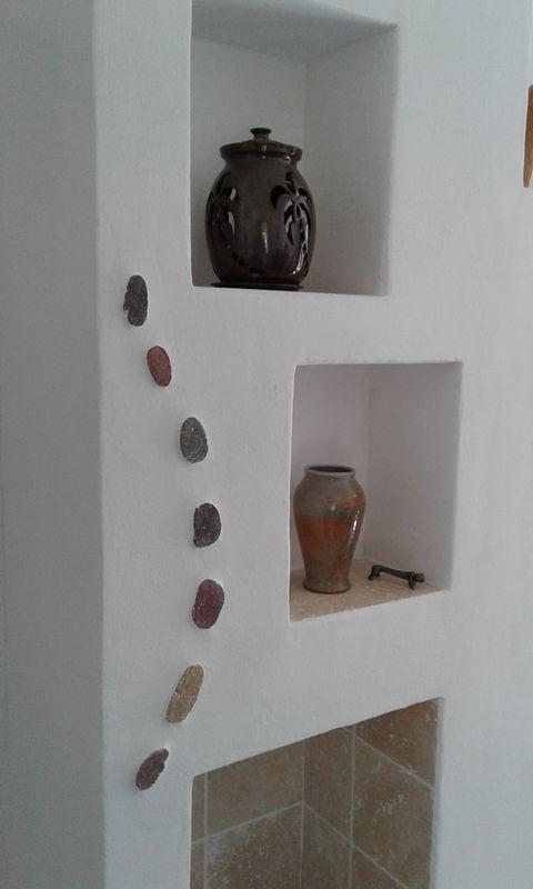 Poêle--de-masse-avec-enduit-chaux-et-mosaïques-pierres-naturelles